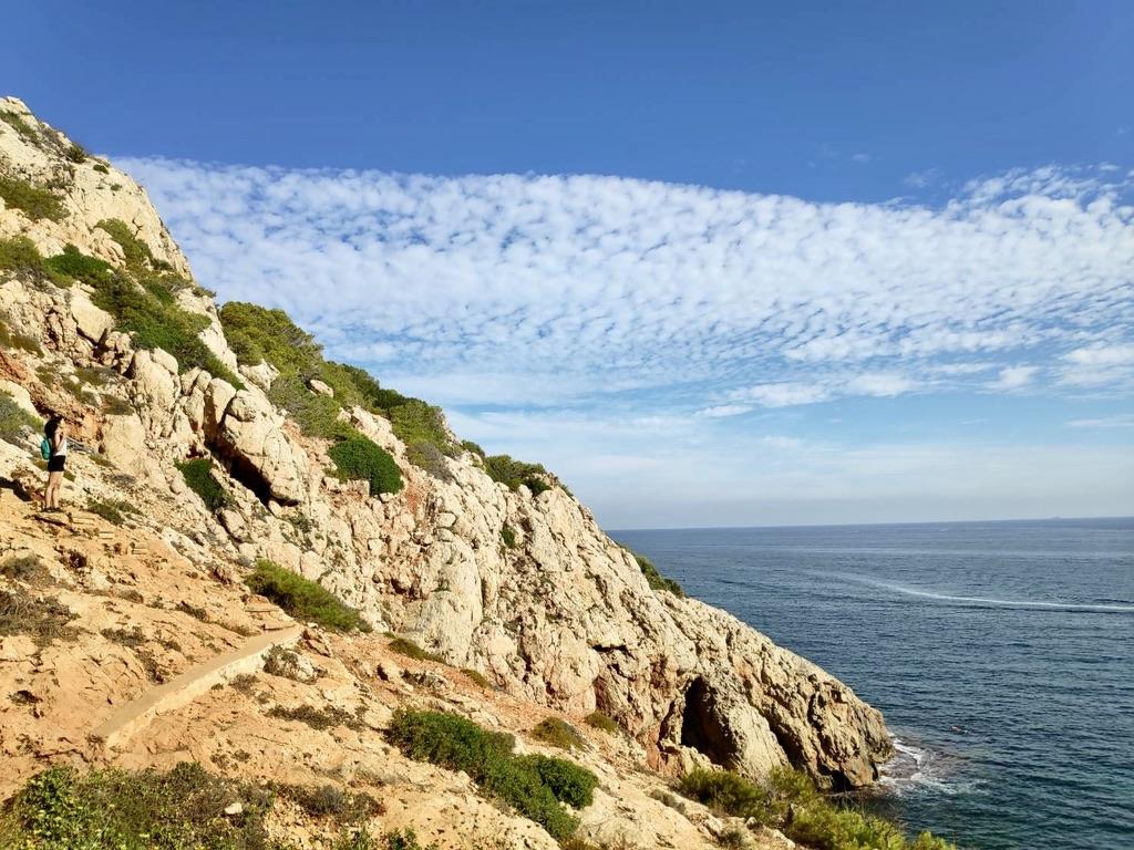 走到海蝕洞的路上,人在左側一小點_Cova Tallada (Cova Tallà), Denia, Alicante 圖片來源